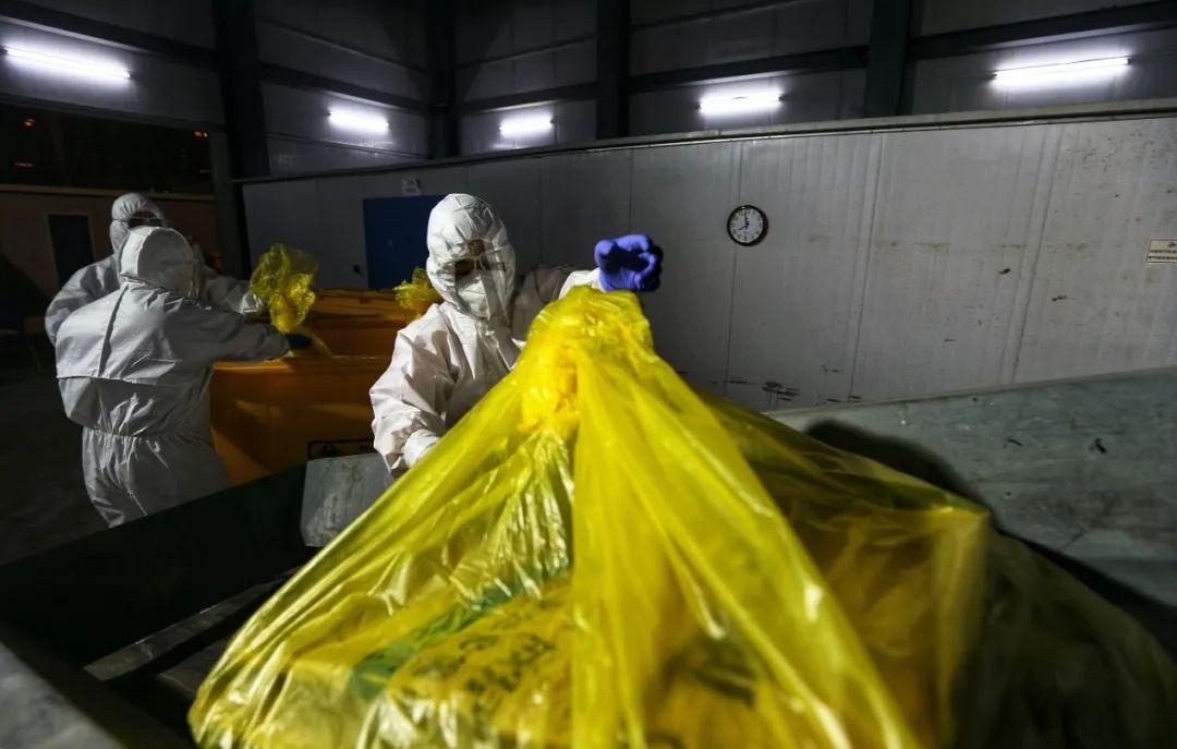 雷神山医院志愿者陆续把医疗废物送进裂解焚烧车间。(摄影:崔萌)