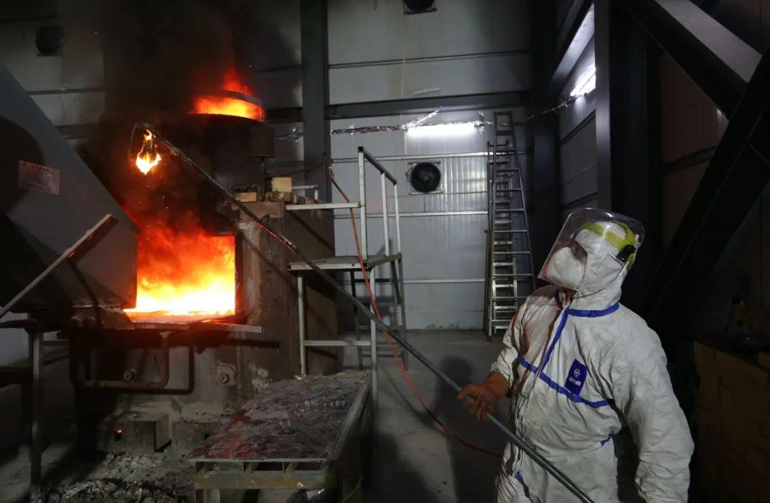 志愿者正在雷神山医院对医用垃圾进行就地裂解焚烧。他们每两人一班,每班工作十几个小时。(摄影:崔萌)