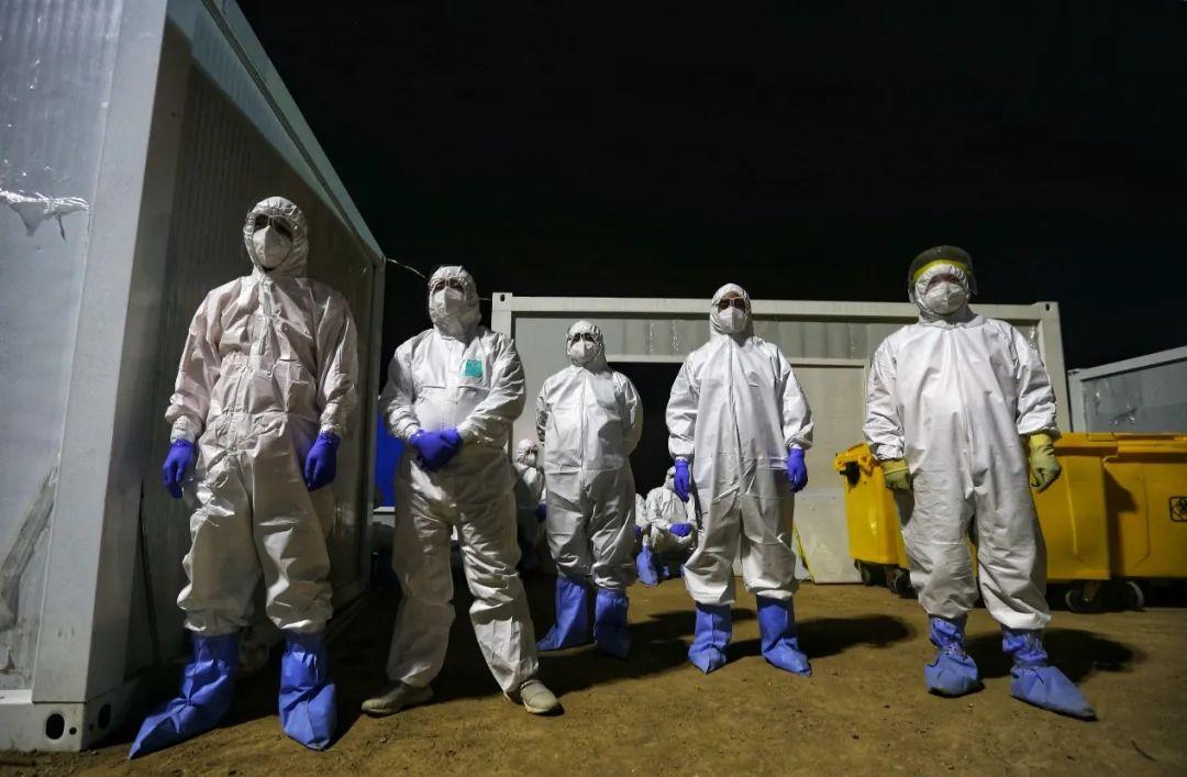 雷神山医院负责处置清运医疗废物的志愿者们(摄影:崔萌)