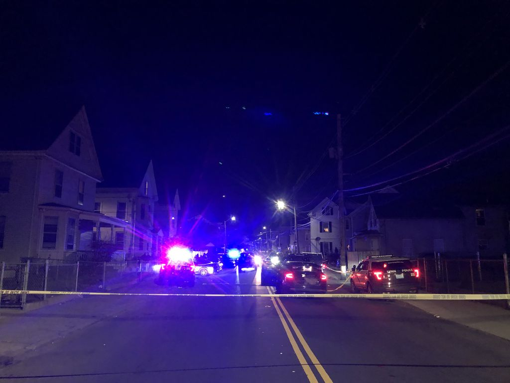 林恩市于当地时间24日晚发生枪击案 (图源:波士顿环球报)
