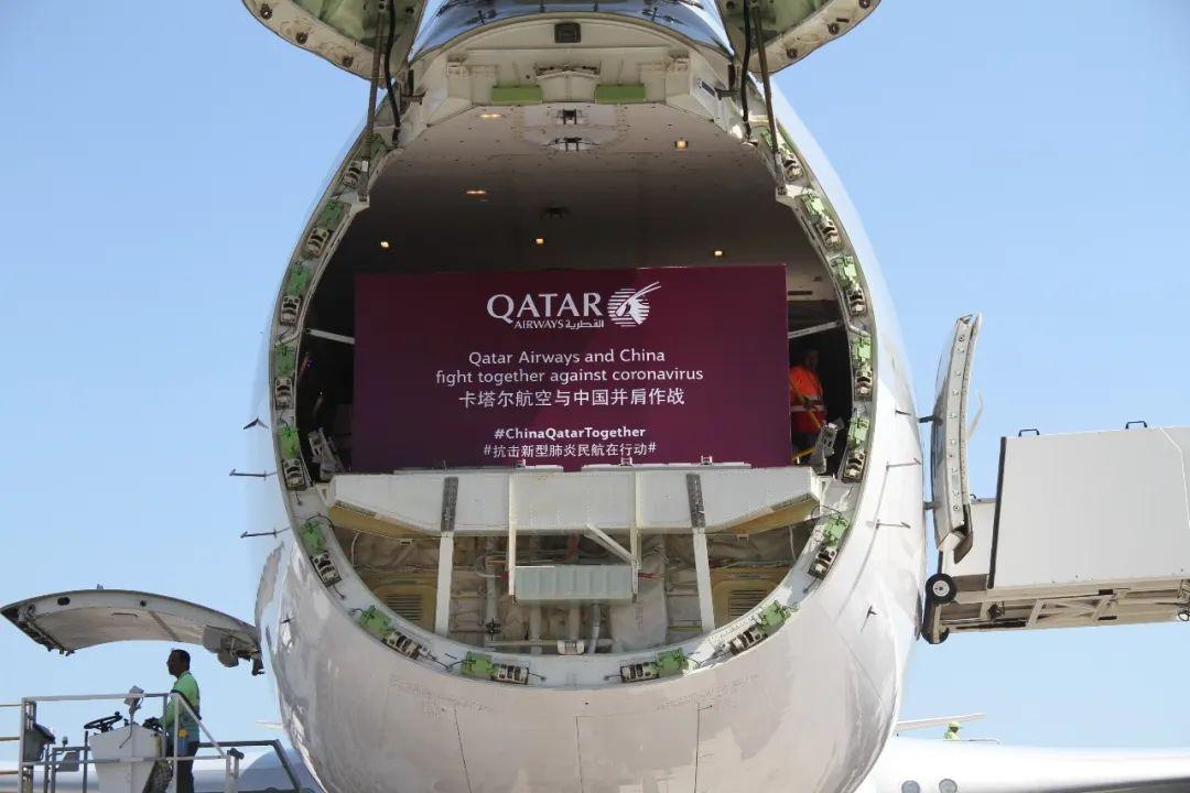 2月21日,在卡塔尔多哈的哈马德国际货运机场,卡塔尔航空公司的货机在装载抗疫物资。新华社发(尼库摄)