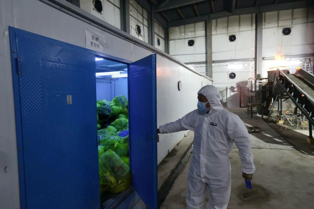 雷神山医院医用垃圾裂解焚烧车间的暂存仓库里,配有24小时紫外线照射消毒。(摄影:崔萌)