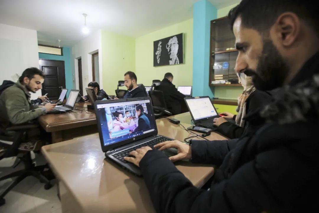"""2月18日,巴勒斯坦青年在举行""""在线声援""""中国的活动。新华社发(里兹克·阿卜杜勒加瓦德摄)"""