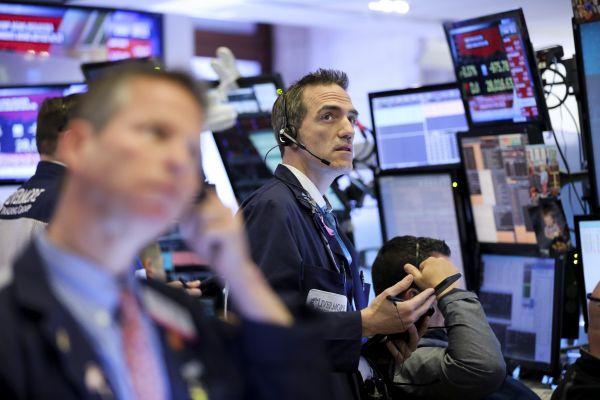 2月24日,交易员在美国纽约证券交易所工作。(新华社)