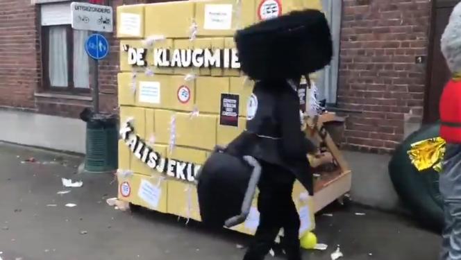 狂欢节参与者身穿辱犹服装在哭墙模型前 twitter视频截图