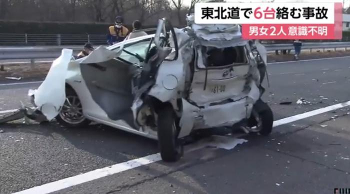 当地时间25日凌晨,日本东北高速公路发生连环相撞事故。(图片来源:日本富士电视台视频截图)