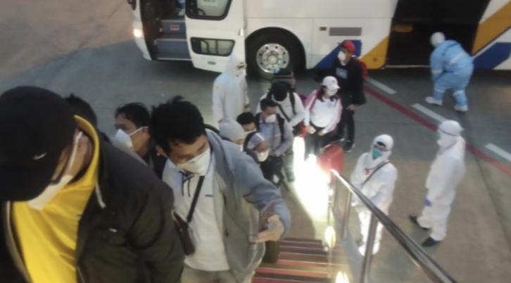 """△""""钻石公主""""号上的菲律宾公民登机 来源:菲律宾外交部"""