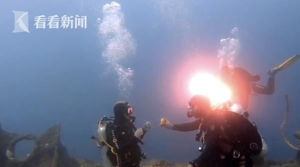 沉船上的浪漫!俄医生带女友去红海海底潜水 突然求婚了