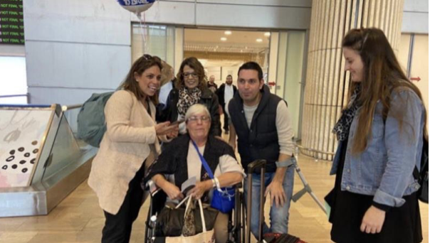 △图片:雷切尔·比顿(图中坐轮椅者)病愈后返回以色列家中 来源:网络