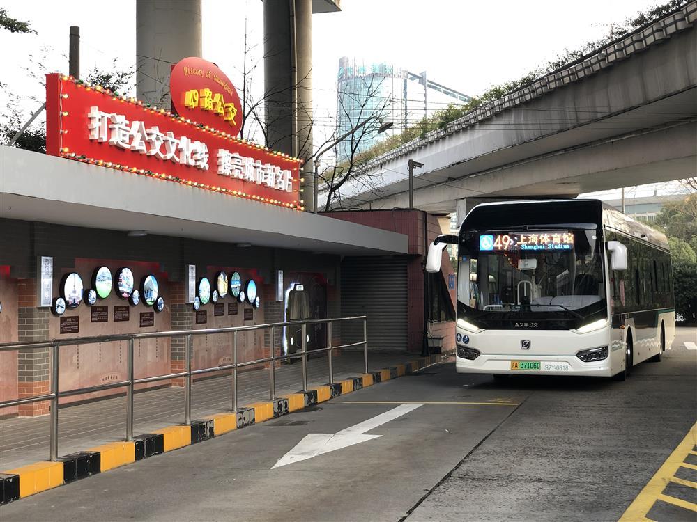 """连接15家医院,途经20个站点,这辆""""生命线""""公交车为疫情中的乘客准备了……"""