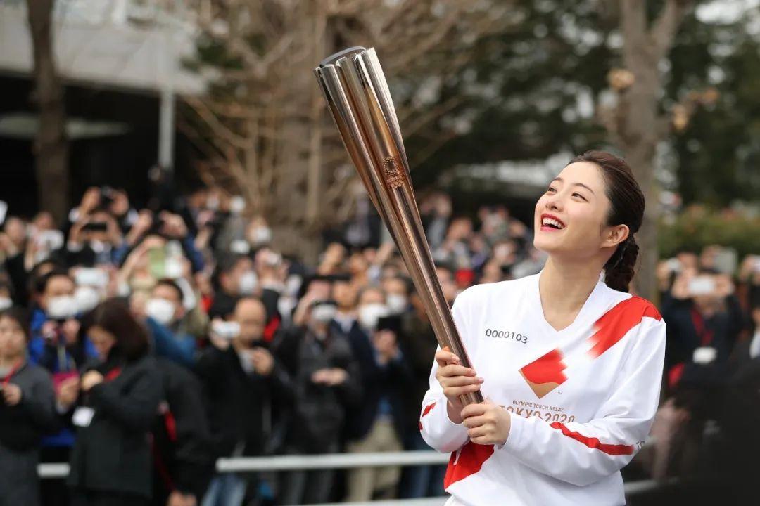 2月15日,东京奥运会圣火传递大使石原里美在火炬接力彩排中。新华社记者 杜潇逸 摄