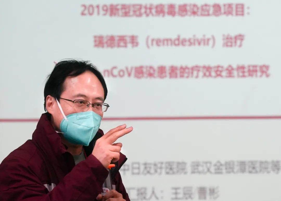 2月5日,瑞德西韦临床试验项目负责人、中日友好医院副院长曹彬教授讲解项目内容。新华社记者 程敏 摄