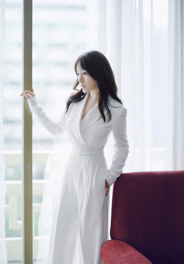 杨钰莹不老女神,大波浪卷发搭配白色连体裤减龄时髦,贵气十足