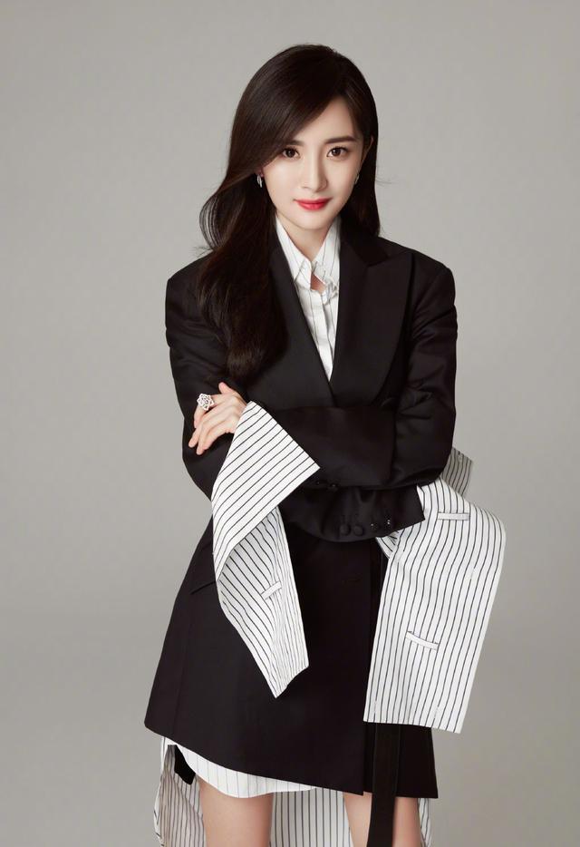 """杨幂变""""白领佳人"""",穿条纹衬衫裙配黑色西装,个性不失气场"""