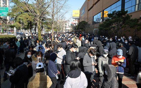 韩国大邱民众排队购买口罩 新华社图