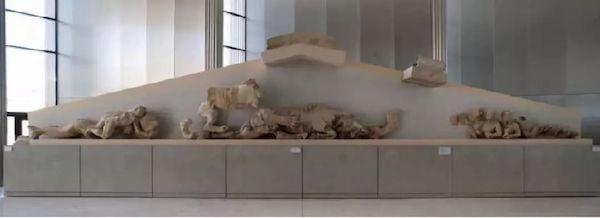 雅典卫城博物馆展厅内,古帕特农神庙西三角门楣上残余的雕塑