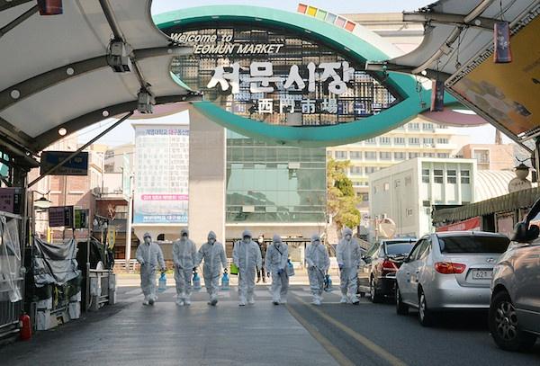 在韩国大邱,受疫情影响而临时休业的商家工作人员在西门市场进行防疫消毒。新华社/纽西斯通讯社