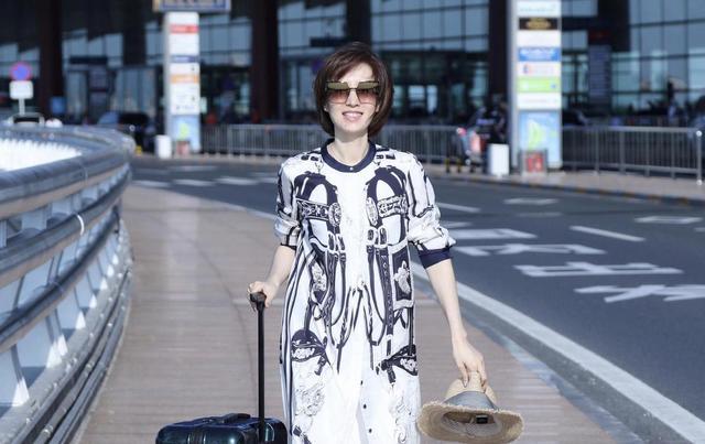 刘敏涛不老女神,波波头短发搭配印花连衣裙高贵大气,减龄时髦