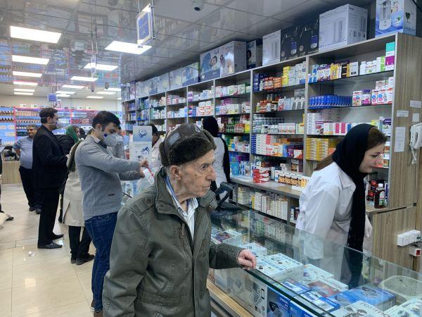 德黑兰市民在药店购买防护用品。(陈霖/摄)