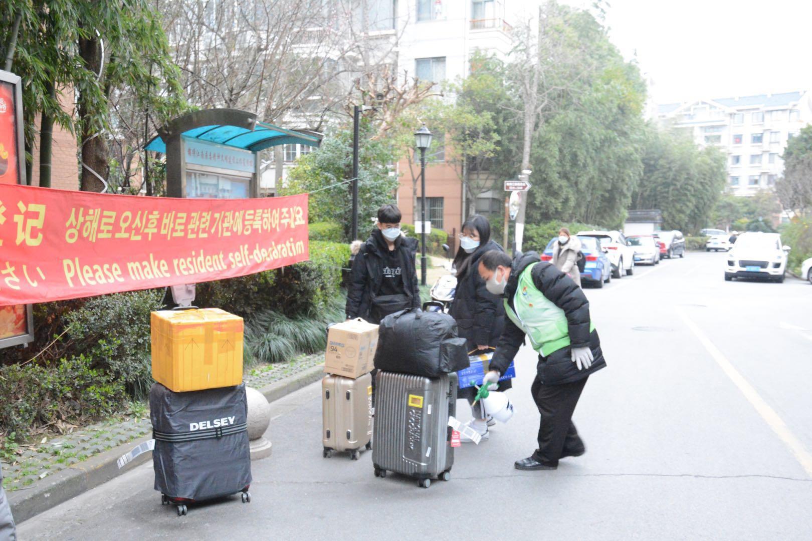 """""""这里防控措施很好,我们很放心!"""" 洋居民、外国游客与上海市民共同战疫"""