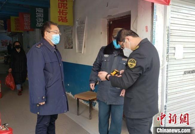 正在检查测温枪是否符合条件的龙斐。 潞州区市场监督管理局供图