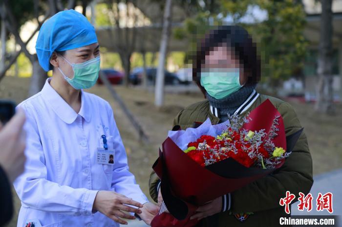 一名新冠患者近日从安医大二附院治愈出院。(白寰 摄)