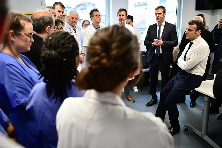 马克龙与医护人员交谈,身旁(左二)为卫生部长维兰 图自:社交媒体