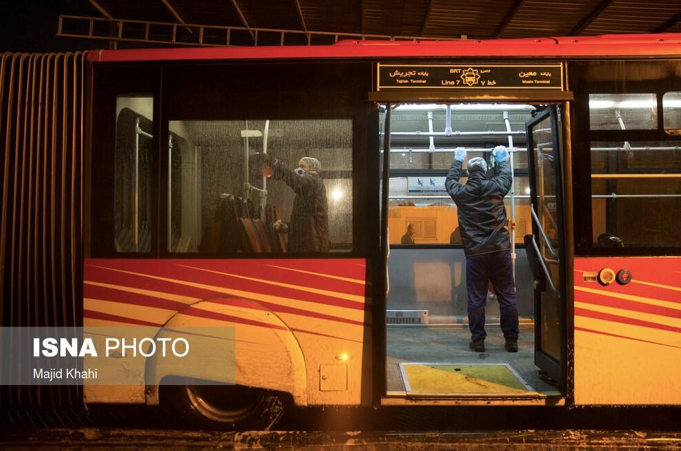 伊朗清洁人员在为公交车消毒 伊朗学生通讯社 图