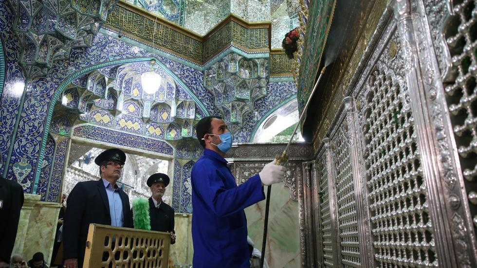伊朗清洁人员为清真寺消毒 法国24电视台 图