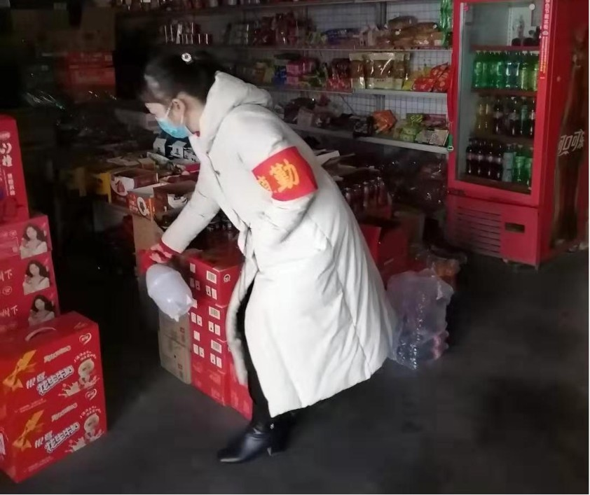 图片说明:马月红在给村内副食店进行消杀