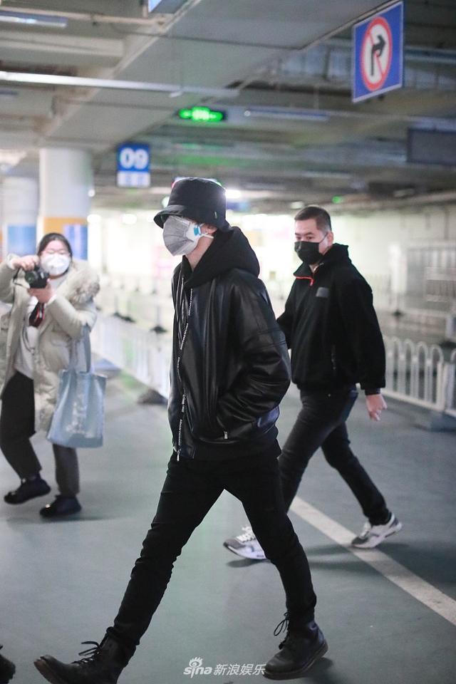 蔡徐坤穿黑色皮衣帅气爆表 戴两层口罩自我防范到位