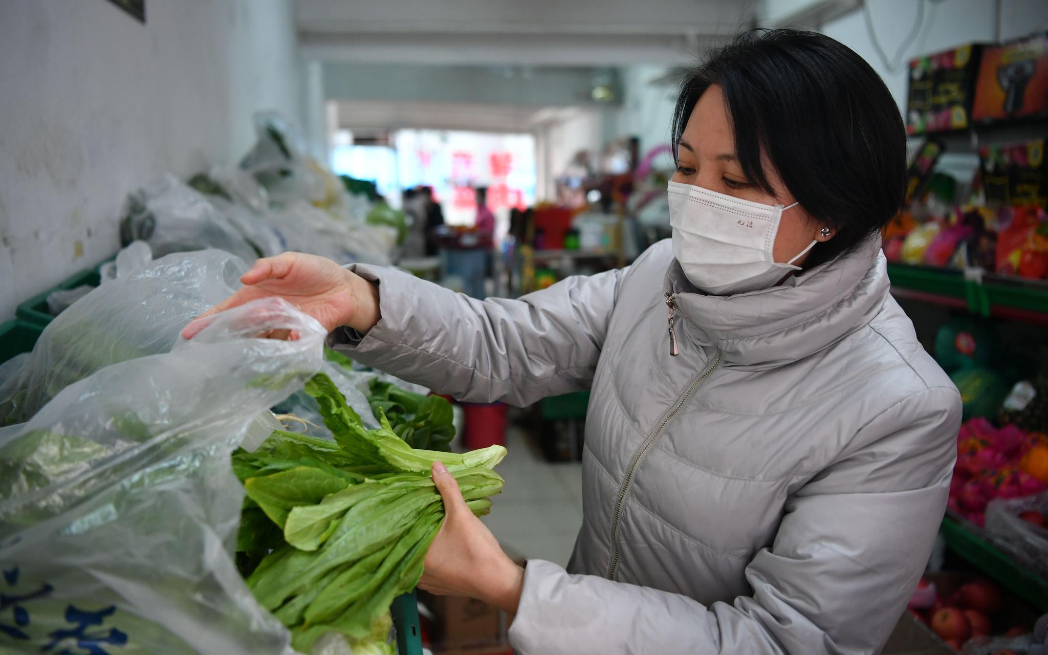 解决防疫期间买菜难题 大屯街道物业给居民上门送白菜图片