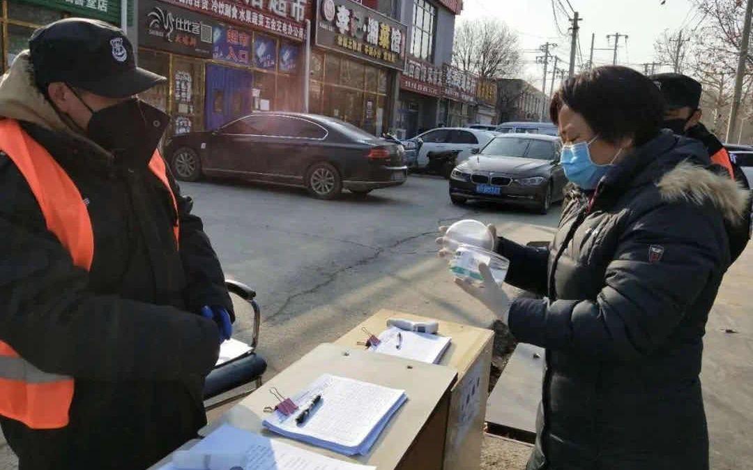 顺义张喜庄村村民自制消毒棉球 供防疫卡口消毒图片