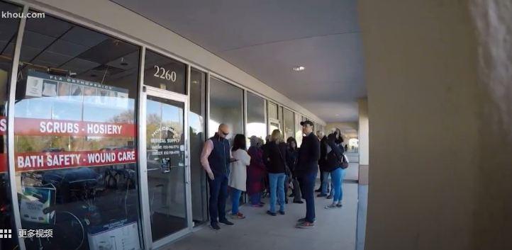 休斯顿,美国人排队买口罩 视频截图