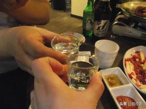 高血压还能喝酒吗?别侥幸,看酒精对脑血管的损害,你就明白了