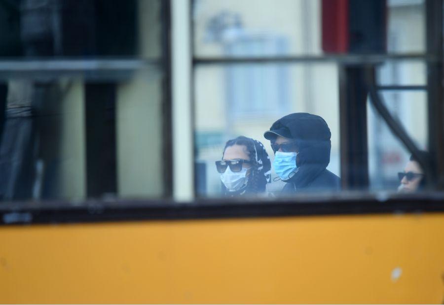 2月26日,在意大利米兰,人们佩戴口罩出行。图片来源:新华社马斯科洛摄