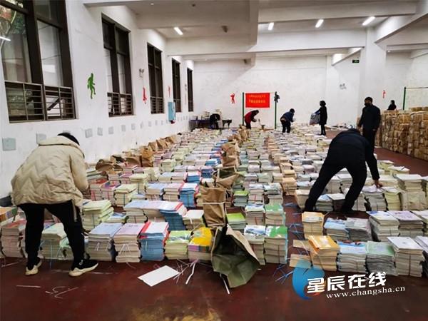 """长郡双语给3千学子快递新课本 还藏了六个超暖""""彩蛋"""""""