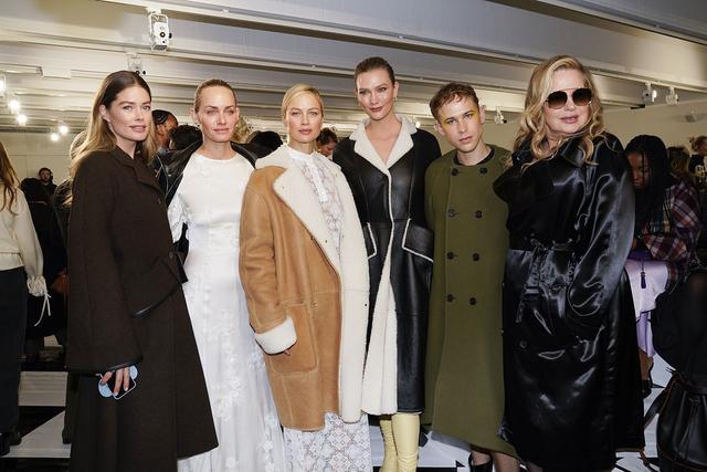 2020秋冬巴黎时装周上,小kk、杜晨、莫菲仨超模同框,美腿太抢镜