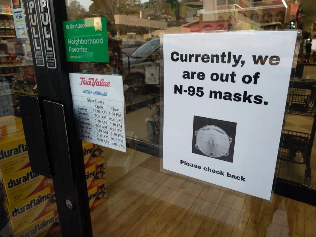 2月28日,加州一处商店贴出口罩售光的告示。新华社/欧新