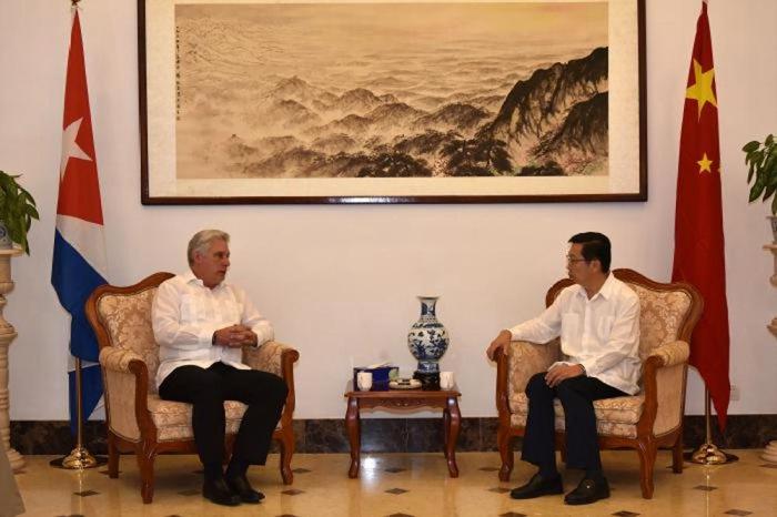 古巴国度主席迪亚斯-卡内尔(左)到中国驻古巴使馆对我抗击新冠肺炎疫情表达慰问和支撑。图片泉源:中国驻古巴使馆官方网站