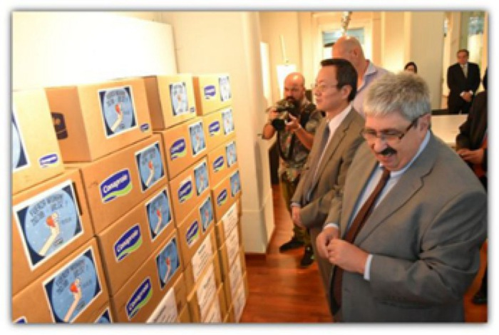 图为乌拉圭向中国捐赠防备和治疗新冠肺炎物资现场。图片泉源:乌拉圭驻华大使馆微信公号