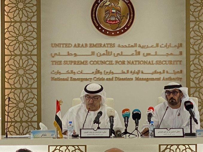 △阿联酋卫生和预防部长阿卜杜勒·拉赫曼·奥瓦伊斯(左)(Abdul Rahman Al Owais)(图片来源于当地媒体)