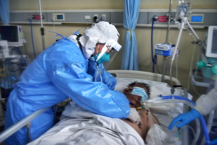 中央指导组专家和北京援助湖北医疗队医生一起会诊患者图片