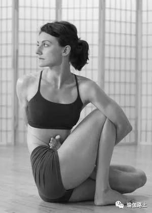 瑜伽「 圣哲玛里琪D 」如何避免脚踝和膝盖痛?尤其要注意