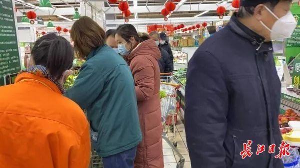 轮流全面消杀!武汉中百武商等大超市货量平稳,市民请按需购买
