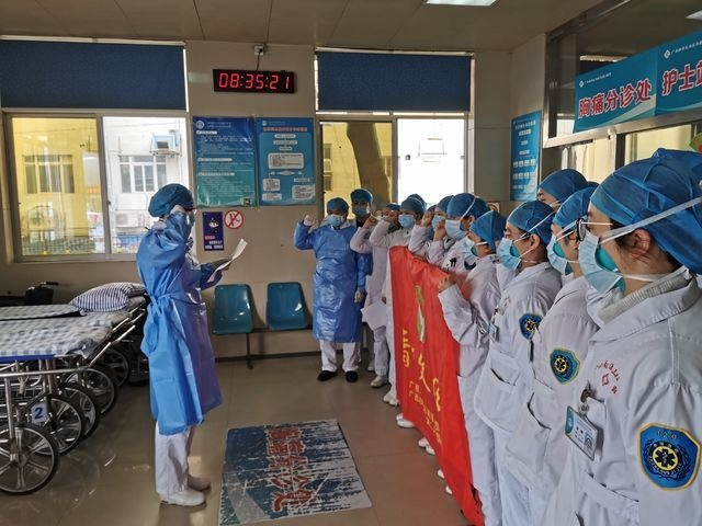 将团旗竖立在疫情隔离治疗区