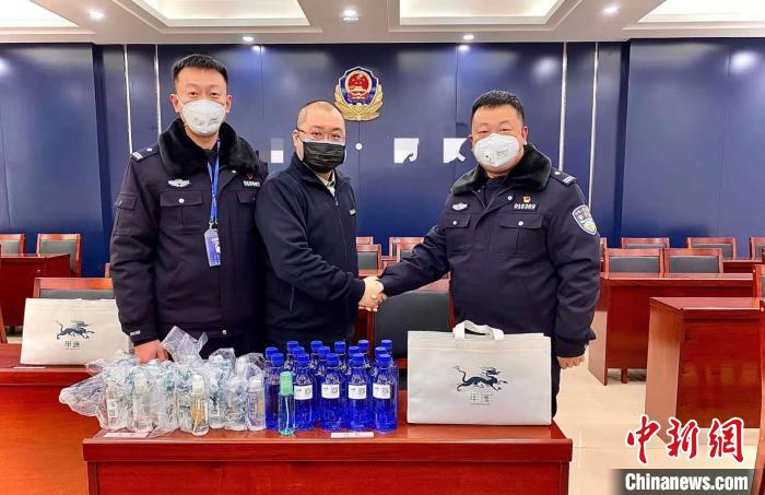 山西欧美同学会青年会员代表、甲护有限公司杨海为一线民警捐赠消毒用品。 山西欧美同学会供图 摄
