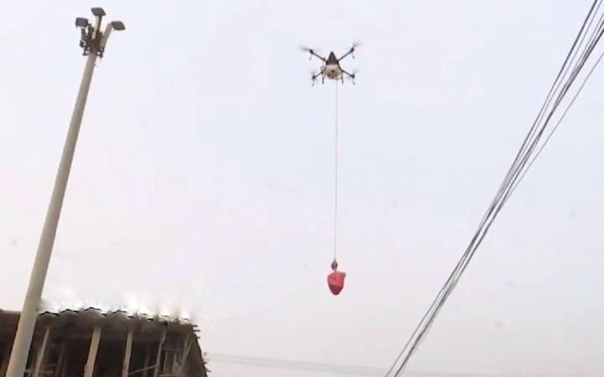 3户村民隔离在家不能出门,滕州郑寨村用无人机空投物资图片