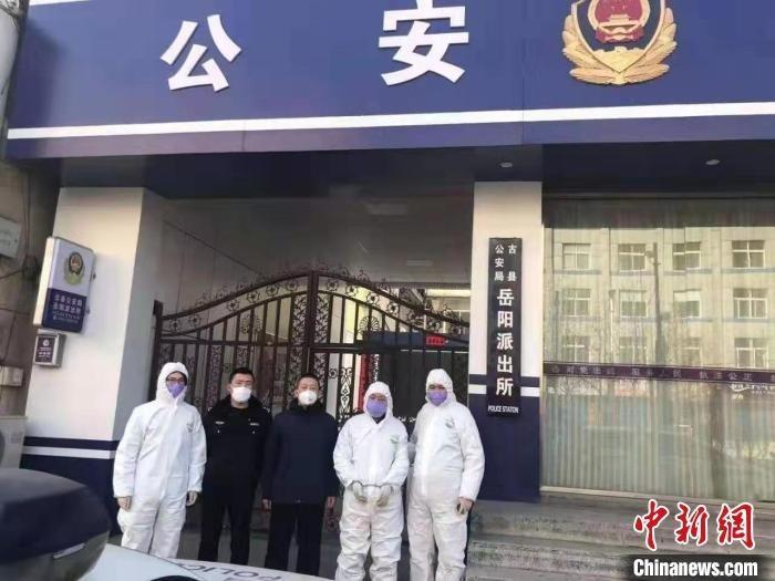 1月31日,迫于山西临汾警方疫情防控排查压力,11年前在河南省叶县持刀致1死1伤的命案逃犯葛某华投案自首。 警方供图