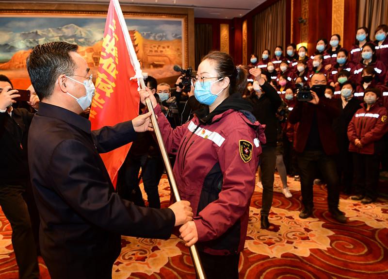 唐仁健为甘肃援鄂护理专业医疗队授旗并作动员讲话图片
